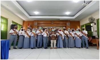 foto pengurus osis baru dengan kepala sekolah SMKN 1 Madiun
